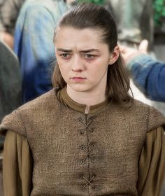 Arya dans The Broken Man x Elle porte à nouveau la queue de cheval Eddard ^^