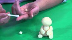 Leer met behulp van onze video hoe je zelf leuke dieren kunt boetseren. In een paar eenvoudige stappen leer je hoe je zelf marsepein dieren kunt maken. De marsepeinen dieren kun je gebruiken als decoratie op een taart. Zo kun je de taart versieren als leuke thema taart of kindertaart.