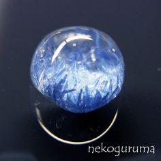 糸魚川翡翠と稀少石のお店「猫車(nekoguruma)」で販売する2014年後半頃から各地のミネラルショー等で話題になっているデュモルチェライトインクォーツは青色系のデュモルチェライトが水晶にインクルージョンとして内包された天然石で産地がブラジルのみだった為、あまり流通していなかった天然石です。