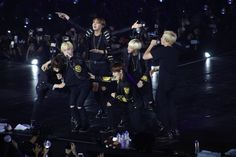 Whateven is happening.. Kookie, Taehyung and Seokjin all want some of Yoongi while him and Namjoon are rapping.. Hoseok becoming a bird and Jimin no where to be seen haha (I love random out of context Bangtan pics) ❤ #BTS #방탄소년단 HYYH Onstage: Epilogue in Manila.