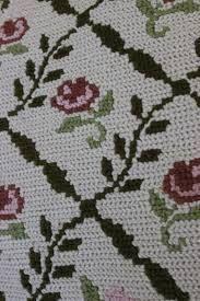 Resultado de imagem para TAPETES DE ARRAIOLOS: Almofada Rosinhas de Portugal - Opção verde Rug Hooking, Hand Embroidery, Embroidery Ideas, Stencil, Needlework, Cross Stitch, Kids Rugs, Diy Crafts, Knitting