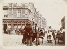 Kooplui met handkarren, hoek Nieuwmarkt/Geldersekade in Amsterdam, James Higson, 1904