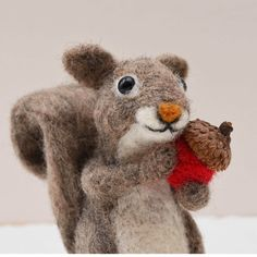 Wir haben so viele von diesen adorable grau-Eichhörnchen in unseren Wäldern in Connecticut! Eichel, der 3,75 Zoll hoch ist, besteht in der Wolle bis die gewünschte Form entsteht immer wieder durch einen Stacheldraht Nadel steckte wurde hat aus wolle die Nadel Filz, wurde ein zeitaufwendiger Prozess. Im Grunde bin ich wolle mit einer Nadel Bildhauerei! Das nur Material verwende ich neben wolle sind handgemachte deutsche Glasaugen.  Acorn ist nur für Sie gemacht werden, sobald Sie Ihre…