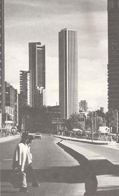 Galería de Clásicos de arquitectura: Torre Colpatria / Obregón y Valenzuela… Hungary, Modern Architecture, New York Skyline, City, Photography, Travel, Skyscrapers, Wallpapers, Ideas