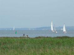 Wassersport auf der Insel Usedom: Segelboote auf dem Greifswalder Bodden zwischen den Inseln Rügen und Usedom.