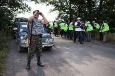 MH-17-Ermittler: Unter Bewachung: Die Organisation für Sicherheit und Zusammenarbeit in Europa (OSZE) ist zwar mit einem Ermittler-Team vor Ort. Arbeiten können sie jedoch nur unter der Aufsicht der prorussischen Kämpfer, die die Gegend kontrollieren.