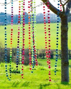 Pom Pom Garlands hanging in the garden  (de PomPom Galore)