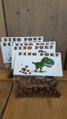 For kids who love dino& . For kids who love dino& . a tough treat! Raisins with chocolatenice (for the campsite) for young and old.Little indianBaby Ball Play. Dinosaur Party, Dinosaur Birthday, Boy Birthday, Kids Birthday Treats, Birthday Parties, Snacks Für Party, Party Treats, Die Dinos Baby, School Treats