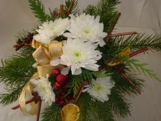 Ein Weihnachtsstrauß mit Zweiggestell stelle ich euch in dieser Videoanleitung vor. Ihr könnt ihn als Tischdekoration für eure Firmen- Weihnachtsfeier, als Geschenk oder als Dekoration Zuhau...