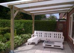 dit is mijn droomtuin :)  van pallets zelf een tuinbank en tafel gemaakt. en een veranda geplaats, kom maar op met de zomer!!!