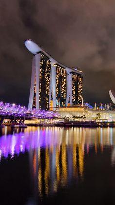 Dit hotel staat in Singapore het zijn 3 flats en daar bovenop ligt een boot als je daar gaat zwemmen, zwem je op bijna het hoogste punt van de boot je kan dan tijdens het zwemmen door het glas naar buiten kijken