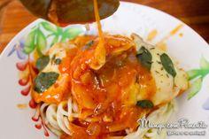 Frango cozido no Molho de Tomate, Queijo e Manjericão. Para ver a receita, clique na imagem para ir ao Manga com Pimenta.