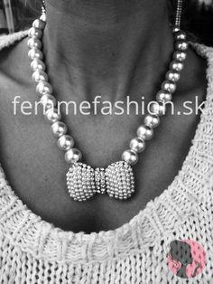 http://femmefashion.sk/nahrdelniky/930-nahrdelnik-pearl-bow.html Náhrdelník Pearl Bow,  zlatá mašľa vykladaná perličkami a kamienkami, celý náhrdelník dotváraju biele perly, prispôsobivé zapínanie -na retiazku