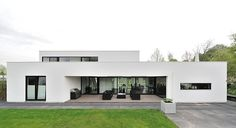 White Contemporary House Design Exterior Used Among Flat Roof Also Green Landscaping Decoration Ideas as Home Inspiration Residential Architecture, Contemporary Architecture, Interior Architecture, Contemporary Homes, Contemporary Interior, Modern Minimalist House, Modern House Design, Building Design, Building A House