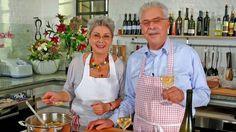 Das Bild zeigt Martina und Moritz, die ihr Festessen zubereitet haben und sich darauf einen Wein trinken. | Bildquelle: wdr
