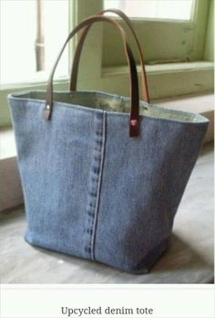 Jeans & Denim: Recycled, Upcycled and Repurposed. Purse/handbag upcycled from old jeans.Jeans & Denim: Recycled, Upcycled and Repurposed It would be cute to do belt buckles on the handles!recycled denim tote lots of cool recycling denim ideasJeans & Artisanats Denim, Denim Bags From Jeans, Diy Denim Purse, Jean Diy, Diy Sac, Denim Ideas, Fabric Bags, Handmade Bags, Handmade Bookmarks