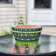Mosaic Planters, Mosaic Flower Pots, Painted Flower Pots, Mosaic Garden, Mosaic Glass, Stained Glass, Glass Art, Mosaic Ideas, Mosaic Projects