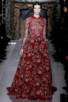 Celebrities who wear, use, or own Valentino Spring 2013 HC Floral Gown. Also discover the movies, TV shows, and events associated with Valentino Spring 2013 HC Floral Gown. Couture Mode, Style Couture, Couture Fashion, Runway Fashion, High Fashion, Fashion Show, Fashion Design, Paris Fashion, Couture Week