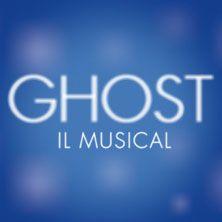 """Ghost - Il musical ispirato al celebre film del 1990,una storia senza tempo sulla forza dell'amore.  Lo spettacolo si ispira fedelmente al celebre film del 1990 """"Ghost"""", ancora oggi tra le pellicole di maggior successo di sempre, grazie alla travolgente simpatia di Whoopi Goldberg, e alla storia d'amore tra Patrick Swayze e Demi Moore."""