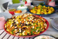 Biryani är en av de godaste och mest festliga risrätter som finns. En fröjd för ögat och en fest för smaklökarna. Det är ganska många moment och rätten tar sin tid att laga. Trots alla steg som måste göras så är biryani inte svår att laga. God att serveras som den är med sallad och tzatsiki eller bredvid en god gryta. 8 portioner biryani 6 dl basmatiris av god kvalité 3 dl vermicelli (små tunna spaghettitrådar) 1 gul lök 3 dl djupfrysta ärtor 2 morötter, skalade och hackade i tärningar 3…