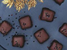 För att få svarta kolor kan man tillsätta ett par droppar svart hurhållsfärg i kolasmeten. Förvara kolorna svalt.