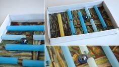 Utilisez le couvercle d'une boite à chaussures et des pailles pour fabriquer un labyrinthe de billes, tout simplement. Matériel nécessaire pour un labyrinthe à billes Puisque le but est de recycler, il faudra fouiller dans la poubelle de recyclage ! Il faut donc  un couvercle de boite en carton : cela peut être un couvercle de boite à chaussures, ou alors une boite de céréales coupée en deux, ou encore un morceau de carton dont vous aurez relevé les bords (en les assemblant avec du ruban de…