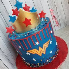 Wonder Woman drip cake Wonder Woman Birthday Cake, Wonder Woman Cake, Wonder Woman Party, Girl Superhero Party, Superhero Cake, Homemade Birthday Cakes, Birthday Cakes For Women, Pull Apart Cake, Couture Cakes