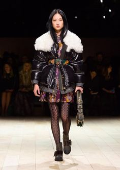 Get inspired and discover Burberry trunkshow! Shop the latest Burberry collection at Moda Operandi. Fall Fashion 2016, Fall Fashion Trends, Big Fashion, Fashion Week, Fashion Show, Autumn Fashion, Fashion Design, Fashion Brands, Vogue Paris