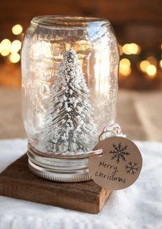 boule à neige créative et originale en bocal en verre rempli dune figurine de sapin givré et décoré de corde en jute et carte de vœux
