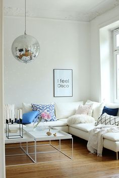 So Leb Ich blogger Milk & Honey's summer transformation | IKEA Söderhamn corner sofa in a Bemz slipcover in Absolute White Belgian Linen blend | Disco ball | www.fritzundfroh.de