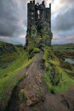 The Fairy Glen Castle on the Isle of Sky - Burg - Abenteuerreisen Castle Ruins, Medieval Castle, Abandoned Castles, Abandoned Places, Abandoned Mansions, Beautiful Castles, Beautiful Places, Beautiful Ruins, Places To Travel