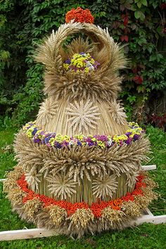 """Wieniec dożynkowy / Harvest Festival 'dozhinki"""" crown Pictures On String, Felt Pictures, Corn Dolly, Corn Husk Dolls, Indian Colours, Weaving Designs, Weaving Art, Nature Crafts, Craft Tutorials"""