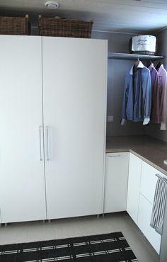 moderni puutalo Laundry Room Bathroom, Bathroom Toilets, Sweet Home, Decor Ideas, Storage, Closet, Design, Home Decor, Laundry Room