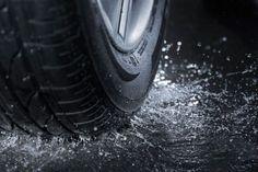 """#TipsViales Manejar muy rápido cuando llueve puede ocasionar que los cauchos prácticamente """"floten"""" sobre un asfalto lleno de agua. Y por supuesto, los autos no fueron diseñados para eso. Puedes perder el control completo del vehículo que se comportaría como un bote sin un rumbo fijo. Lo mejor es manejar despacio durante la lluvia para evitar que los cauchos pierdan el agarre con el camino."""