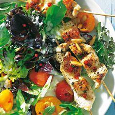 Sommer-Salate sind eine tolle Spielwiese für kreative Köche. Hier bringt heißer Orangensaft-Sud mit Pfefferbeeren die Aprikosen geschmacklich groß raus, Roquefort-Käse macht das Dressing scharf und sämig. Foto: Thomas Neckermann