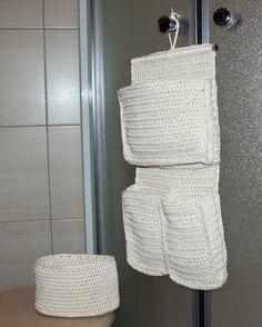 Závěsný kapsář a košíček Háčkovaný závěsný kapsář a košíček ze 100% bavlny ve světle béžové barvě. Pěkný třeba v koupelně, nebo v dětském pokoji na drobnosti. Rozměry kapsáře: výška cca: 16cm x šířka: cca 23 cm Rozměry košíčku: výška cca: 10 cm x délka: cca 17 cm x šířka: cca 10 cm