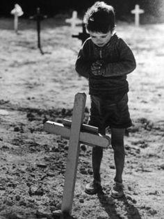 Enfant priant sur une tombe Photographie de Eugeni Forcano