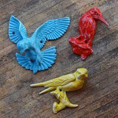 Tre färgstarka fåglar. #fåglar #geckoträdgård #trädgårdsinredning #trädgårdsbutik #utemiljö #trädgårdsdetaljer #trädgårdsinspiration #trädgårdsinspo #uteinredning #trädgårdsliv #trädgårdstider #inredningsdetaljer #inredningsinspo #trädgårdsutsmyckning #inredningsdetalj #inredaute