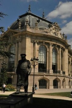 Churchill statue in front of the Petit Palais, Champs Elysées, Paris - Nice and calm place to pic-nic