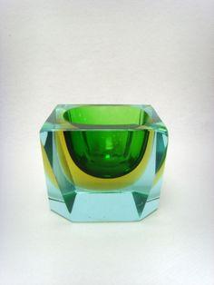 Salle des ventes ABC : MURANO, cendrier Sommerso solitaire à halos vert et jaune, hauteur 5,4 cm