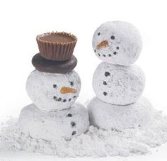 Snowmen from powdered donuts