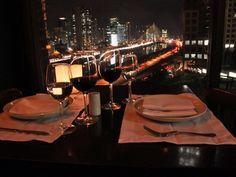 A mesa mais concorrida do restaurante Pobre Juan, que fica na cobertura do Shopping Cidade Jardim, na Zona Sul de São Paulo, possui uma vista privilegiada para um dos mais bonitos e recentes cartões postais da cidade: a Ponte Estaiada. Da mesa, situada na (Foto: Fabiano Correia/ G1)