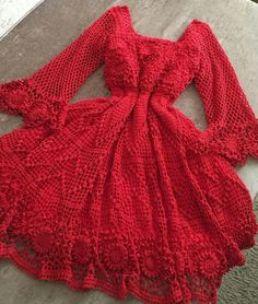 Vestido de crochê (clique na imagem para receber lindos gráficos de crochê) #vestidodecrochê #graficosdecroche #crochêpassoapasso Knitting Designs, Crochet Designs, Crochet Blouse, Knit Crochet, Crochet Clothes, Diy Clothes, Crochet Baby Dress Free Pattern, Crochet Woman, Crochet Fashion