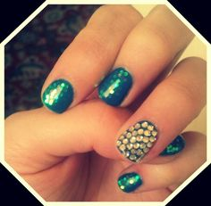 Waves nail art: blue gel polish, transparent micro sequins and strass. The application of sequins is only in half nail: this reminds the flow of waves when you move your finger. DIY