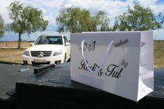 Bolsas de papel de lujo impresas y cinta de algodón.