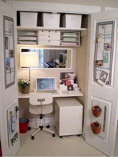 Super wykorzystanie przestrzeni, biurko w szafie :)