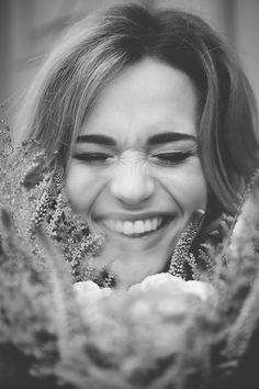 Brautstrauß mit Astilben | Friedatheres.com happy bride Fotos: Honeymoon Pictures Brautkleid: Anna Kara von Seeweiss Haare und Make-Up: Rouge-Rosé