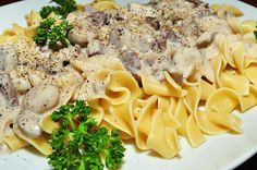 A simple beef stroganoff recipe involves cooking steak strips with mushrooms, onions and spices. The creamy consistency of the stroganoff is created by adding sour cream to the steak mixture. Healthy Slow Cooker, Slow Cooker Recipes, Crockpot Recipes, Cooking Recipes, Cooking Tips, Slow Cooking, Pollo Stroganoff, Best Beef Stroganoff, Fast Crockpot Meals