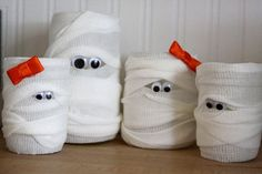 DIY Halloween Mummy Light Decoration or an idea without a candle just use a toilet paper roll! Halloween Infantil, Dulces Halloween, Manualidades Halloween, Halloween Items, Holidays Halloween, Halloween Crafts, Halloween Zombie, Creepy Halloween Decorations, Diy Halloween Decorations