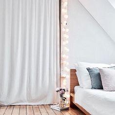 Wir wünschen euch einen wundervollen Start ins Wochenende! Macht es euch gemütlich mit good moods wie die liebe Sandra von @karlas_view! #goodmoods #weekend #friday #night #wochenende #white #bedroom #bed #bett #gemütlich #hygge #cosy #lichterkette #stringlights #book #flowers #blumen #holzdielen #bett #yay #schlafzimmer #bedroom